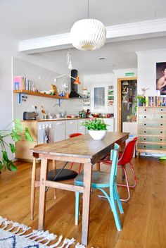 Kitchen Interior, Kitchen Decor, Barcelona Apartment, Colorful Apartment, Happy New Home, Welcome To My House, Kitchen Images, Colorful Chairs, Cozy House