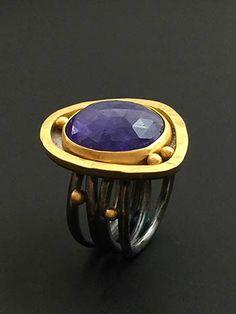 Faceted Tanzanite Ring Cada vez me gusta más la mezcla azul con dorado...