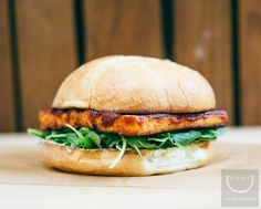 Ever had a vegan BBQ tofu burger with a bit of Asian flavors? My usual vegan Asian burger consists of pickled cucumber slaw and so much more! Best Vegan Burger Recipe, Vegan Veggie Burger, Tofu Burger, Bbq Tofu, Vegan Burgers, Burger Recipes, Raw Food Recipes, Vegan Vegetarian, Vegetarian Recipes