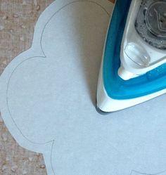 Pegando la fliselina a la tela con la plancha Tutorial Patchwork, Home Appliances, Sewing, Anna, Curtains, Loom Bracelets, Fabrics, Appliques, Quilting Patterns