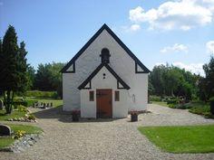 Den mindste kirke  Venø Kirke på øen, som kaldes Limfjordens hjerte, er kun 74 kvadratmeter stor og dermed landets mindste. Kirken har kun 55 siddepladser og er ikke blot den mindste, længe var den også en af landets fattigste.