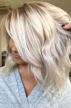 Full head of babylights using L'Oreal Pro love the ashy tone of the root a - Trend Platinum Hair Makeup 2019 Blonde Highlights, Blonde Streaks, Icy Blonde, Full Head Highlights, Platinum Hair, Hair Color And Cut, Girl Haircuts, Lob, Great Hair