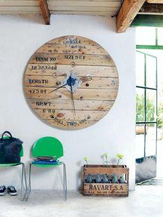 Wil je een stoere industriële eyecatcher in huis? Oude houten haspels hebben van zichzelf een mooi stoer uiterlijk. Als je geluk hebt, zitten er nog stempels op. Ga op zoek naar een mooi exemplaar en je maakt er heel eenvoudig een klok van. (101woonideeen)