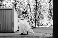 Running bride. #wedding #bride #weddingdress #häävalokuvaus #turku #morsian #hääpuku Veil, Brides, Wedding Dresses, Beautiful, Fashion, Bride Dresses, Moda, Bridal Gowns, Alon Livne Wedding Dresses
