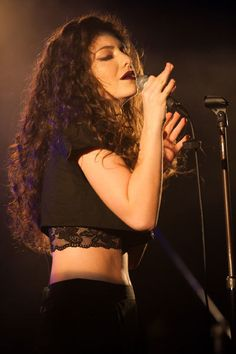 warm lighting (as normal/ non-fireworky lighting) Lorde Live, Looks Style, Dope Style, White Teeth, Celebs, Celebrities, Bride Hairstyles, Celebrity Crush, Beauty Women