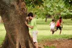 Bei Laufspielen und Fangspielen können sich Ihre Kinder so richtig austoben. Darum gibt es hier Verstecken und Fangen in verschiedenen Varianten, z.B. Eckstein, Räuber und Gendarm und vieles mehr.  © iStock