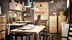 Ontwerpstudio met kantoormeubels in berken fineer en zwart