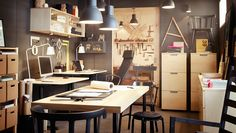 Büroräume mit BEKANT Schreibtischen in Birkenfurnier/Schwarz  GALANT Schubladenelementen, GALANT Aktenschränke und GALANT Wandschrank mit Schiebetüren in Birkenfurnier und HEKTAR Hängeleuchten