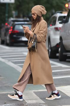Camel Coat / street style fashion / fashion week - Coats Mäntel Fashion Outfits Fall Winter Mode Trenchcoat Trench - The Fashion Komplette Outfits, Trendy Outfits, Fashion Outfits, Womens Fashion, Fashion Fashion, Fashion Coat, Cheap Fashion, Look Street Style, Autumn Street Style