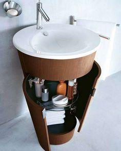 SMART VASK: Små møbler med integrerte løsninger er smart på trange bad.