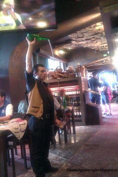 Escanciando sidra en el restaurante Terra Astur de Gijón.
