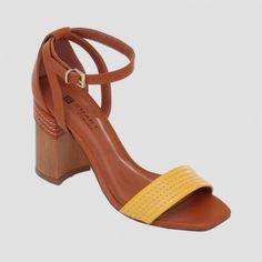 Sandália com detalhes de tiras presas no tornozelo