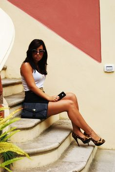 www.armoiredesmodes.com #fashionblog Skirt New World, shoes Zara, Bag H&M, tee H&M, belt (vintage) Moschino, watch thanks to Swatch, sunglasses thanks to Gucci