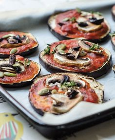Whip up these Mini Eggplant Pizzas for a quick after school snack or dinner idea! Eggplant Pizza Recipes, Eggplant Pizzas, Vegan Snacks, Vegan Recipes, Vegan Meals, Vegan Food, Free Recipes, Vegan Appetizers, Skinny Recipes