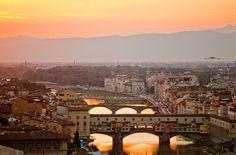 Firenze of Florence. Mooi is het zeker. Met haar talloze kuntschatten, historische gebouwen, paleizen, bruggen en pleinen is Florence een wereldberoemde Italiaanse kunststad.     #Florance #Firenze #Italie #kunst #stedentrip   http://www.hotelkamerveiling.nl/hotels/italie/hotel-florence.html