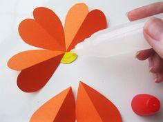 Blumen aus Papier basteln: Anleitung für die Kindern Plastic Cutting Board, Summer Ideas, Table Decorations, Floral, Diy, Album, School, Kids Pages, Craft Tutorials