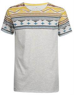Camiseta bege com estampa étnica colorida no ombro - http://www.riachuelo.com.br/produto/alto-verao/pool/masculina/camisetas-polos/camiseta-etnica/2857