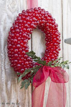 Everlasting Cranberry Wreath made from glass beads & push pins via ~ MeAndMyDiy. Original tutorial on MarthaStewart.com
