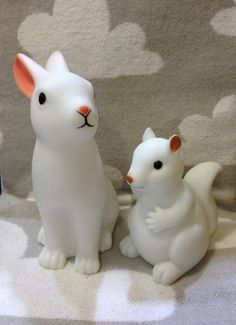 """Agu Agu shop in Porto, Portugal. O """"Coelho Luminoso"""" está de volta com novo preço e agora tem um amigo, o """"Esquilo Luminoso""""."""