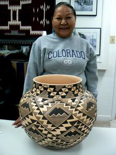 Navajo potter Bertha Tom displaying a piece of her fantastic work. Native American Baskets, Native American Pottery, Native American Indians, Native Americans, Pottery Designs, Pottery Art, Ceramic Pottery, Pueblo Pottery, Navajo Pottery