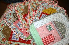 Doll house potholder tutorial-one of a kind Freda's Hive blog.  Want to make these in Christmas prints!