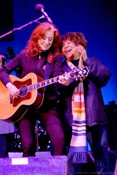 Bonnie Raitt & Mavis Staples ~ I saw the talented artists perform live on June 2012 ~ Awesome concert! Blues Artists, Music Artists, Her Music, Music Love, Mavis Staples, Willie Dixon, Bonnie Raitt, Americana Music, Badass Women