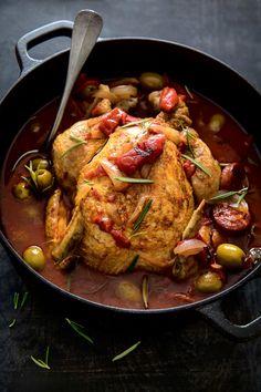 Gör en bekväm och mustig gryta i helgen. Matskribenten Maria Zihammou har stått vid spisen och puttrat ihop tre nya höstfavoriter. Kycklinggryta med chorizo, nordafrikansk lammtajine och en krämig fläskgryta med äpple och svamp.