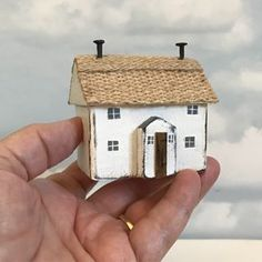 Little thatched cottage Wood Block Crafts, Wooden Crafts, Wood Blocks, Small Wooden House, Driftwood Sculpture, Small Wood Projects, Driftwood Crafts, Rustic Art, Country Crafts