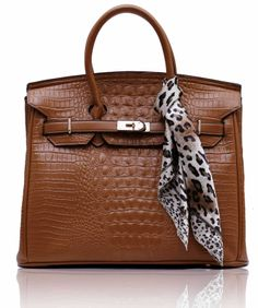 Τσάντα σε καφέ χρώμα απο τεχνητό δέρμα (Art PU Leather). Εσωτερικά έχει φόδρα με τρείς θήκες, εκ των οποίων η μία με φερμουάρ. Διαστάσεις: 40x20x29 εκ  Κωδικός : HF5 www.helenfashion.gr