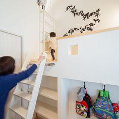.  子どもが喜ぶスキップフロア風の部屋。  1番上の屋根裏部屋から  反対側の部屋へ出られます。  .  ハシゴの奥を本棚にして有効活用。  また、その隣には子どもの荷物掛けも。  自分で片付けさせる工夫です。  .  子どもが小さいうちは遊び場に  大きくなったら書斎やワークスペースに  様々な用途で活躍する空間です。  #平屋 #屋根裏 #スキップフロア #本棚 #ハシゴ #子供部屋 #秘密基地 #片付けたくなる部屋づくり #自分らしい暮らし #インテリア #ウォールステッカー #愛媛 #香川 #コラボハウス #設計士と直接話せる #設計士とつくる家 #新築 #注文住宅#デザイナーズ住宅