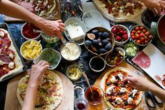 Personal pizza dinner parties are the best dinner parties Pizza Party, Pizza Pizza, Flatbread Pizza, Tapas, Make Your Own Pizza, Artisan Pizza, Personal Pizza, Good Food, Yummy Food