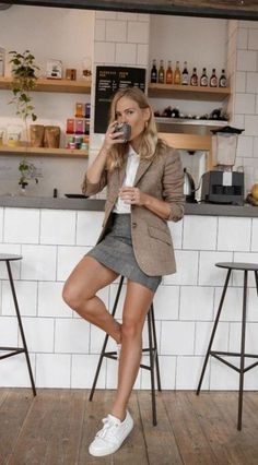 Love the white sneakers with this outfit. # smart Casual Outfits evening This Is What Really Happens to Your Body When You Quit Caffeine Blazer En Tweed, Look Blazer, Brown Blazer, Beige Blazer, First Date Outfits, First Date Outfit Casual, First Date Dress, Casual Work Outfits, Work Attire