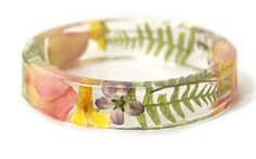 náramok z priskirice a susenych kvetin   https://i1.wp.com/carujeme.cz/wp-content/uploads/2015/02/resin-flower-moss-bangles-bracelets-modern-flower-child-sarah-smith-15.jpg?resize=640%2C400