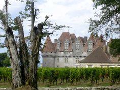 Monbazillac, wehrhaftes Renaissance-Schloss idyllisch inmitten von Weinbergen gelegen. Renaissance, Mansions, House Styles, Adventure Tours, Natural Wonders, France, Fancy Houses, Mansion, Manor Houses