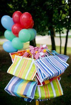 Já pensou em transformar aquelas sacolas de feira em lembrancinhas de aniversário Gift Wrapping, Party, Picnic Birthday, Kids Part, One Year Anniversary, Gift Wrapping Paper, Wrapping Gifts, Parties, Gift Packaging