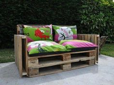 Some diy pallets furniture's design ideas for your home and garden. beautiful pallet sofa, pallet couch, pallet table and pallet daybed outdoor furniture decor Old Pallets, Recycled Pallets, Wooden Pallets, Salvaged Wood, Recycled Wood, Pallet Furniture Designs, Recycled Furniture, Diy Furniture, Antique Furniture