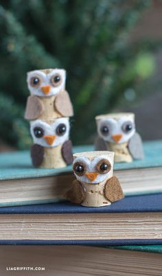 Lia Griffith - Lovers of owl crafts will go crazy for this DIY cork owl project. Made using a cork, pins and felt this is the perfect afternoon DIY. Wine Craft, Wine Cork Crafts, Wine Bottle Crafts, Diy Bottle, Wine Cork Art, Wine Corks, Wine Cork Ornaments, Snowman Ornaments, Wine Cork Projects