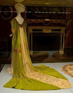 link alla storia di ROSA GENONI TRA MODA, POLITICA E ARTE. Vestito creato da Rosa Genoni in mostra alla Galleria del Costume di Milano a Palazzo Pitti. Manto femminile da corte Pisanello, 1906