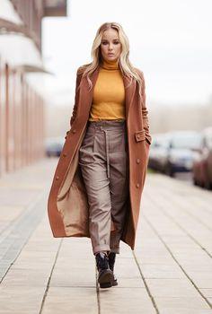 Conjunto abrigo marrón, jersey mostaza, pantalones a cuadros marrones y botines negros #misconjuntos #conjuntomoda #modafemenina #modamujer #modainvierno #abrigomarron #jerseymostaza #fashion #style #looks
