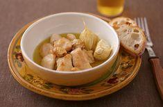 鶏肉とにんにくをオリーブ油でゆっくり煮て、油に香りとうまみを移します。鶏の皮が香ばしく、ほどよい塩気でおつまみにピッタリです。バゲットにのせたり、野菜などと一緒にどうぞ。香りのよいオイルとして、炒めものや煮ものに使うこともできます。