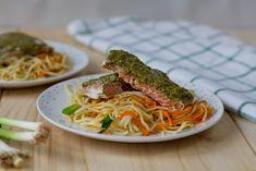 Pan-fried salmon with noodles Pan Fried Fish, Pan Fried Salmon, Raw Salmon, Poached Salmon, Green Pesto, Food Names, Healthy Options, Fish And Seafood