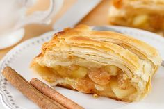 strudel with cinnamon on the plate Bakery Recipes, Gourmet Recipes, Sweet Recipes, Cooking Recipes, Healthy Recipes, Delicious Desserts, Yummy Food, Pan Dulce, Bread Cake