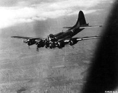 A B-17 bomber Group 483º 's flying virtually no cabin after its front section exploded by a direct impact of Flak 88 mm, while bomb Budapest, Hungary, on July 14, 1944. This dramatic photo was made by crew members of another Boeing, soon after the explosion, which killed both pilots instantly. The aircraft flew in a straight line for 40 seconds, then turned and went to the floor. Five other crew members managed to jump and became prisoners.