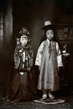 Korean children dressed for their wedding, 1916 (photo by Margaret G. Korean Photo, Korean Art, Korean Hanbok, Korean Dress, Korean Traditional Dress, Traditional Outfits, Old Photos, Vintage Photos, China