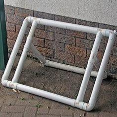 Suporte para bike feito com tubos e conexões em pvc.