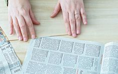 DIY Körbchen aus Zeitungspapier basteln | A PARTY Magazin Paper Crafts, Diy Crafts, Craft Work, Basket Weaving, Projects To Try, Make It Yourself, How To Make, Art, Newspaper