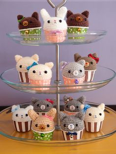 This is a very simple pattern suitable for beginners. Materials other than yarn required include muffin cups, polyester filling, plastic beads for eyes (magnet is optional).