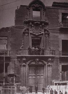 Demolición del Palacio de Oñate en calle Mayor, hacia 1913; se costruyó a mediados del siglo XVII; la portada era de Pedro Ribera (s XVIII); estuvo guardada en los almacenes municipales hasta que en los años 30 se puso en en la Ciudad Universitaria; durante los bombardeos de la guerra incivil se perdió para siempre.