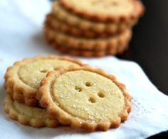 Extra easy butter cookies recipe made with butter, flour, sugar, lemon zest and orange zest. Plus tips for making them look like buttons! Tortas Light, Button Cookies, Butter Cookies Recipe, Pan Dulce, Cupcake Cookies, Sweet Recipes, Cookie Recipes, Biscuits, Food And Drink