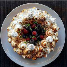 Forest berry meringue pie. Great looking cake uploaded by @vidal31 #gastroart